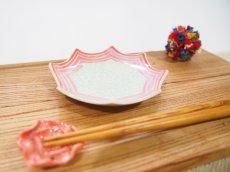 画像2: 紋花彩泥掻落縁取り ギザギザ豆鉢(若草×赤) 【nicorico】 (2)