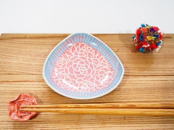 画像1: 紋花彩泥掻落縁取り 三角豆鉢(赤×水色) 【nicorico】 (1)