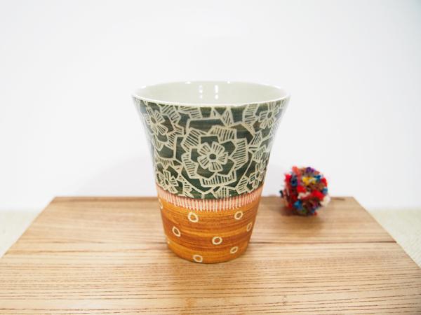 画像1: 紋花彩泥掻落 ビアカップ(緑×茶)(少し小さめ) 【nicorico】 (1)