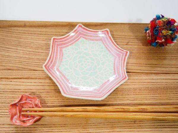 画像1: 紋花彩泥掻落縁取り ギザギザ豆鉢(若草×赤) 【nicorico】 (1)