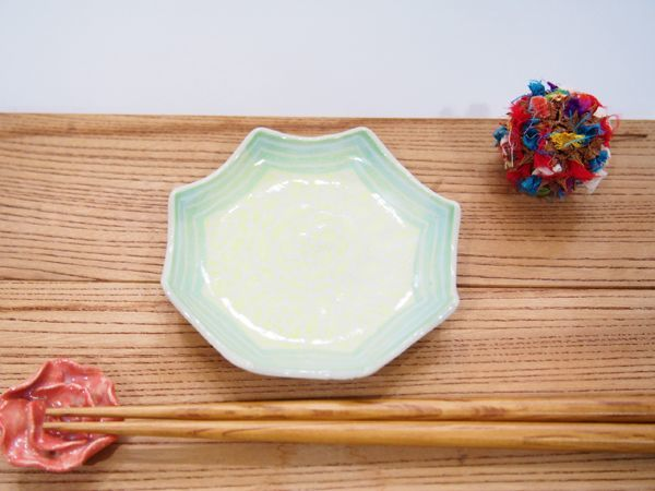 画像1: 紋花彩泥掻落縁取り ギザギザ豆鉢(レモンイエロー×若草) 【nicorico】 (1)